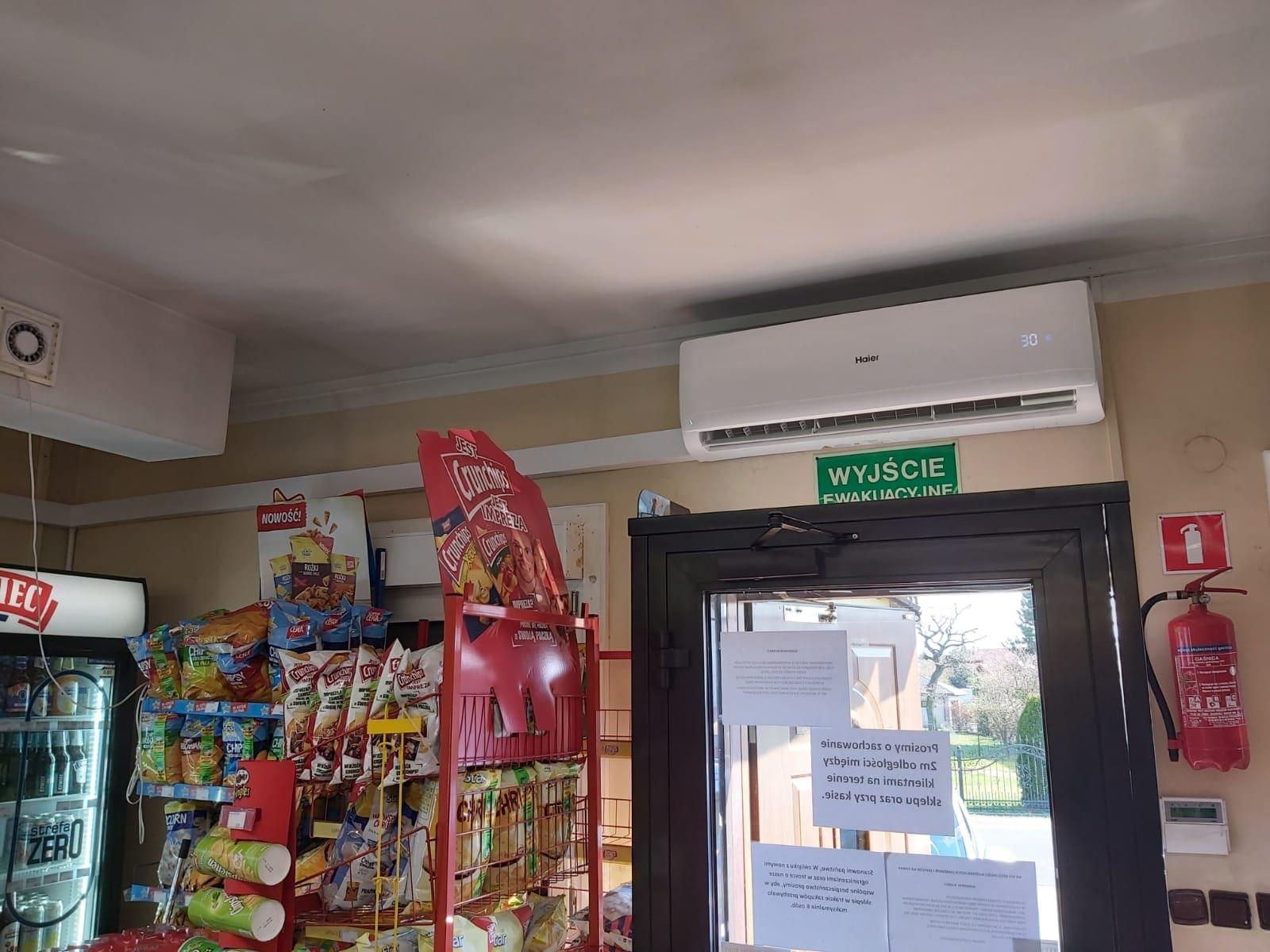 Klimatyzacja nad drzwiami